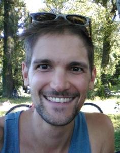 Das Bild zeigt den Autor. Er lächelt in die Kamera