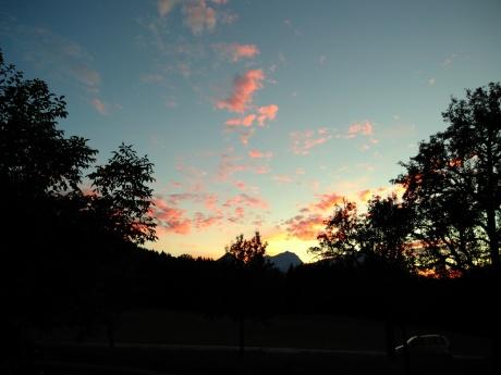 Zu sehen ist ein Abendhimmel mit rosa, ograngen und gelben Farben