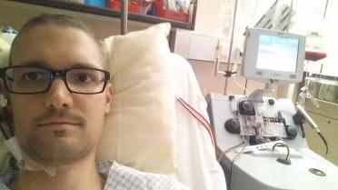 Das Bild zeigt mich, auf einem Bett im Krankenhaus. Es steht ihm zwei Schläche aus dem Hals.Es wird Blut in einem Zellseperator gereinigt