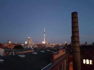 Bild zeigt Berlin mit dem Fernsehturm in der Abenddämmerung