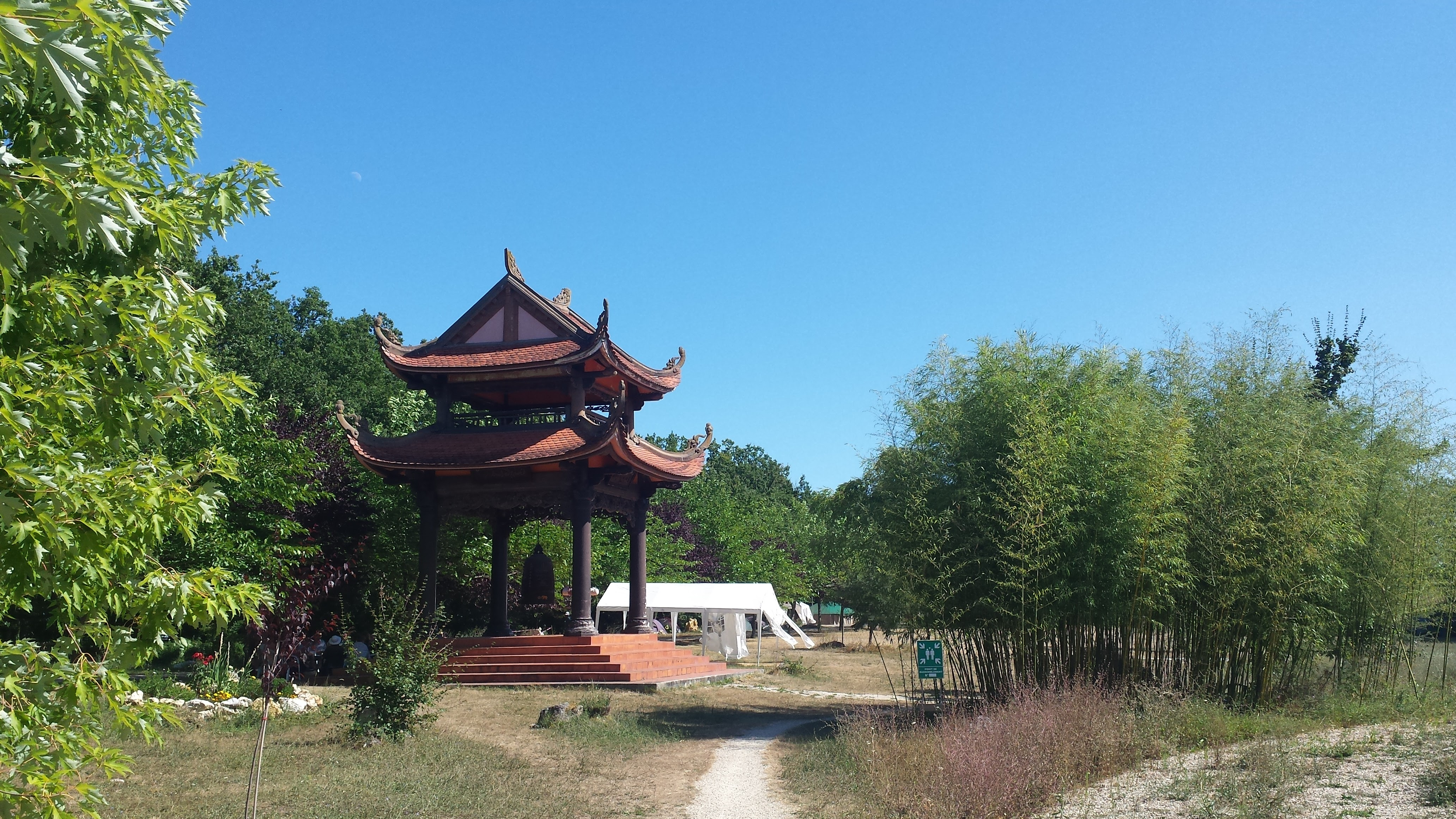Zu sehen ist eine Pagoda mit Glocke imKloster plumvillage in Südfrankreich