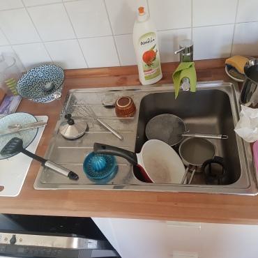 Bild zeigt eine Abwasch mit vielen Töpfen